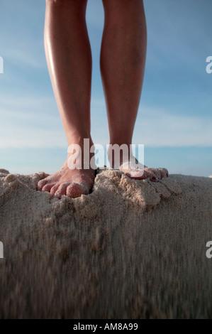 Frau s Füße Stand am Anfang von rutschte Boden - Stockfoto