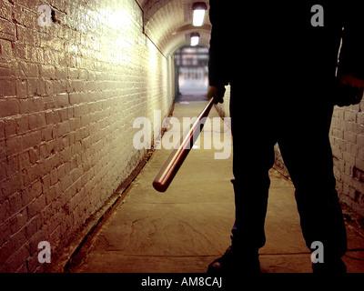 Unbekannte Schläger mit einem Baseballschläger in einem tunnel - Stockfoto