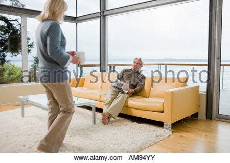 Ältere Frau Mann Tee bringen - Stockfoto