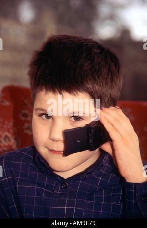 Gemischte Rassen junge mit Handy - Stockfoto