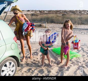 Frau mit jungen und Mädchen am Strand ankommen. - Stockfoto