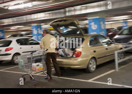 Mann Laden einkaufen in Kofferraum im Supermarkt Parkhaus - Stockfoto