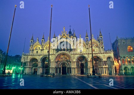 Italien Venedig Fassade der Basilika San Marco im Morgengrauen Piazza San Marco beleuchtet - Stockfoto