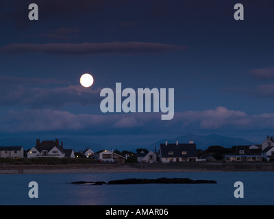 MOON RISE in TREARDDUR BAY mit dem Vollmond reflektiert das Meer in der Abenddämmerung Trearddur Anglesey North - Stockfoto