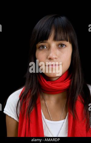 Porträt einer jungen Frau trägt einen Schal - Stockfoto