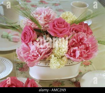 Flower Arrangement: Rosen, Pfingstrosen und Viburnum - Stockfoto