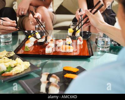Menschen essen Sushi - Stockfoto