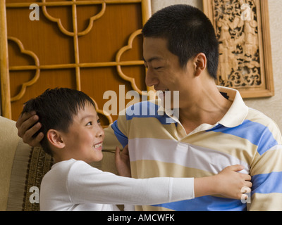 Vater und Sohn umarmen - Stockfoto