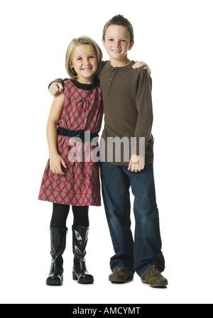 Jungen und Mädchen umarmen und lächelnd - Stockfoto