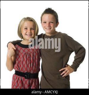 Mädchen und jungen umarmt und lächelnd - Stockfoto
