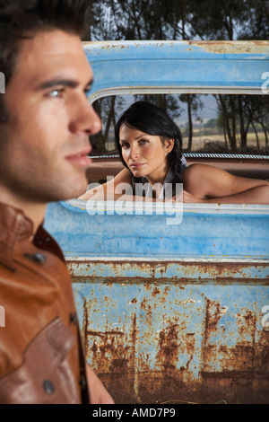 Frau in Rusty Pickup-Truck - Stockfoto