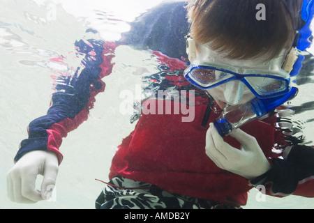 Junge unter Wasser mit Brille und Schnorchel - Stockfoto