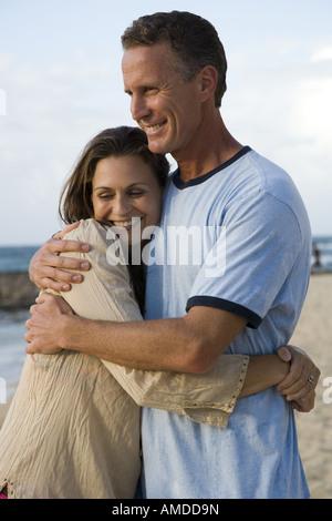 Mann und Frau umarmt am Strand - Stockfoto
