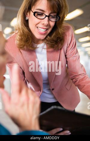 Blick auf zwei Business-Frauen im Gespräch. - Stockfoto