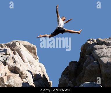 Junge springt über die Berge - Stockfoto