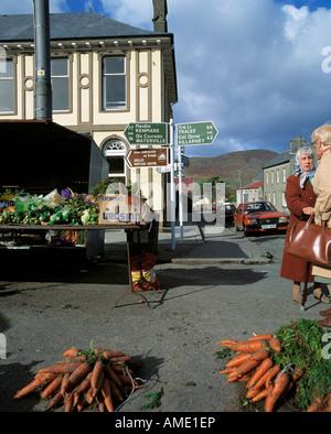 irische Küstenstadt am Markt Tag Straßenszene - Stockfoto