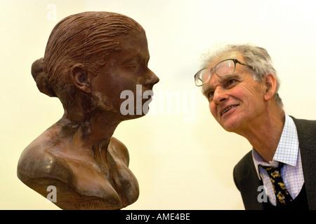 Besucher betrachten lecken von Janine Antoni Teil Artes Mundi Preis Ausstellung im National Museum Galerie Cardiff - Stockfoto