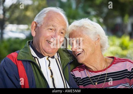 Älteres Paar in einem Park. - Stockfoto