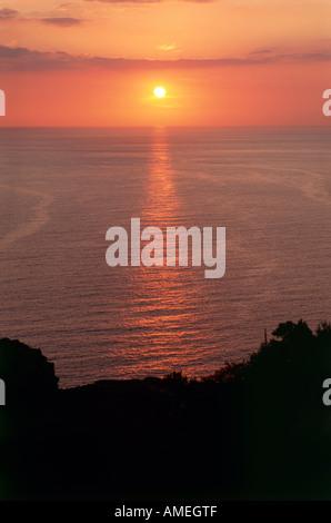 Die Einstellung Sonne fallen unter den Horizont betrachtet in der Nähe der Ortschaft Nonza auf einem Hügel mit Blick - Stockfoto