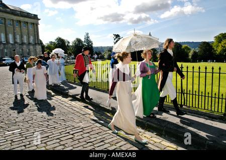 Georgische Trachtenumzug, der Jane Austen Festival in Bath England UK GB zu Fuß entlang der Royal Crescent zu starten - Stockfoto