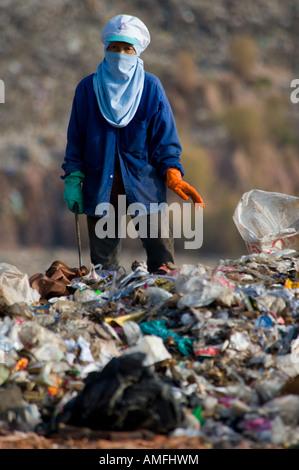 Die Armen hand sortieren Müll auf einer Deponie in Thailand - Stockfoto