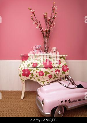 Kinder m dchen zimmer deko ideen mit blumen teddyb ren bemalte m bel und rosa spielzeugauto - Madchenzimmer deko ...