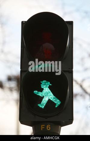 DDR-Ampelmännchen spazieren gehen Ampel Man Berlin Deutschland - Stockfoto