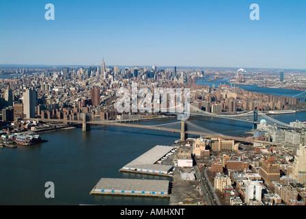 Luftaufnahme über dem East River mit Brooklyn und Williamsburg Brücken Manhattan New York city - Stockfoto