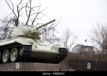 T-34 Panzer der sowjetischen Krieg Denkmal Tiergarten mit dem Reichstag im Hintergrund Berlin Deutschland - Stockfoto