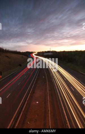 Traffic Light Trails auf der M77 - Stockfoto