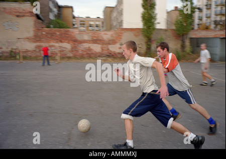 Jungs spielen Fußball, Poznan, Polen - Stockfoto