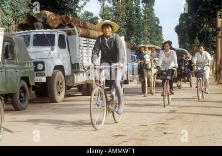 Fahrradfahrer vorbei an Traffic jam unterwegs nach Kunming aus Dali Yunnan Provinz Peoples Republic Of China - Stockfoto