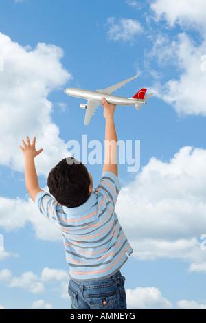 Jungen spielen mit Spielzeugflugzeug