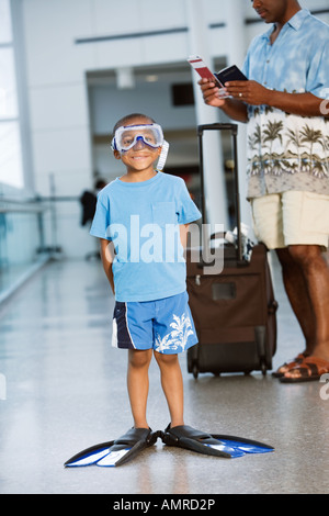 Afrikanischen jungen tragen Schnorchelausrüstung im Flughafen - Stockfoto