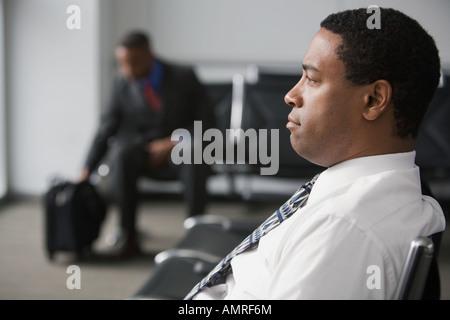 Afrikanischen Geschäftsmann im Wartebereich - Stockfoto