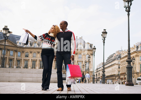 African paar Einkaufstaschen tragen - Stockfoto