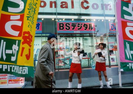 Tokyo Japan Akihabara Elektronik Bezirk Mädchen verteilen Flugblätter an Passanten - Stockfoto