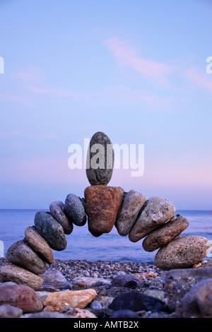 Foto des Steins im Gleichgewicht am Strand - Stockfoto