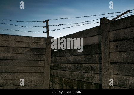 beton mauer mit stacheldraht auf zaun stockfoto bild 162927049 alamy. Black Bedroom Furniture Sets. Home Design Ideas