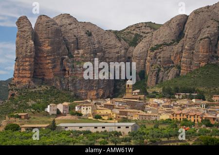 Dorf von Aguero unter einem roten Felsen Felsen, Mallos de Riglos, Huesca, Aragon, Spanien, Europa. - Stockfoto