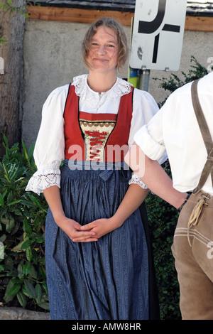Österreichischen Bauernmädchen gekleidet in traditioneller Tracht, Mann mit Liederhosen vorne - Stockfoto