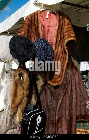 Abwürgen Sie beim Goodwood Revival treffen in Sussex, UK mit Vintage Fell Mäntel und Hüte. - Stockfoto