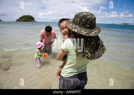 Frau und Familie in Sattahip Beach in der Nähe von Rayong Thailand - Stockfoto