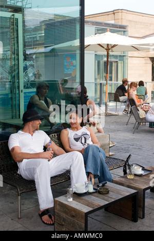 Deutschland Baden-Württemberg Stuttgart Leute sitzen in einem Café im Freien über Schlossplatz - Stockfoto