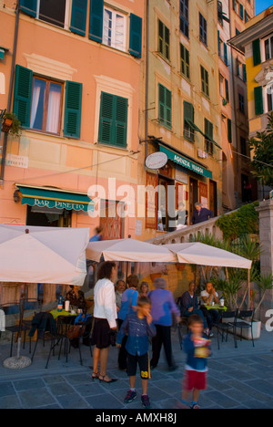 Gruppe von Menschen im Straßencafé Vernazza Cinque Terre Ligurien Italien - Stockfoto