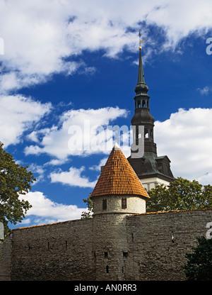 TALLINN Republik von Estland Europäische UNION September St. Nikolaus-Kirche aus dem Domberg mit der Stadtmauer - Stockfoto