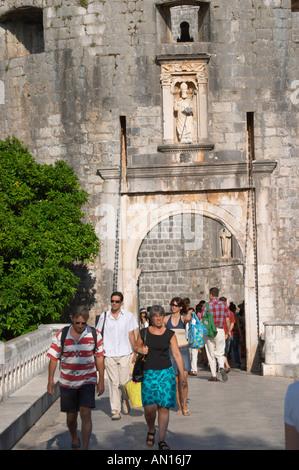 Die Stadt Tor Haufen Westeingang mit Touristen und Carved steinerne Statue des Schutzheiligen St. St Blaise über - Stockfoto