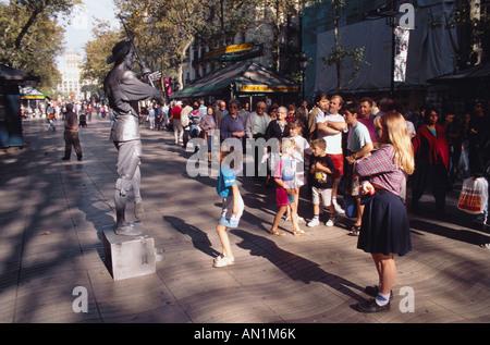 Menge von Menschen zu Fuß entlang der Straße in Las Ramblas, Barcelona. - Stockfoto