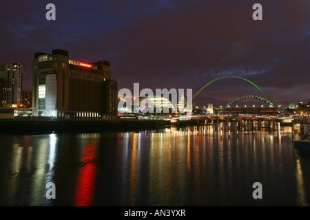 Die Gateshead Millennium Bridge, dem baltischen Arts Centre und The Sage auf dem Fluss Tyne Newcastle Gateshead - Stockfoto