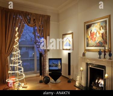 Ein warmes gem tliches wohnzimmer mit einem weihnachtsbaum - Weihnachten wohnzimmer ...